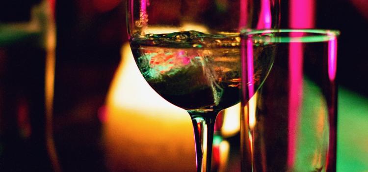 Vai ir vērts dzert alkoholu, spēlējot kazino?